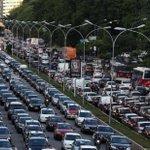 """""""@Estadao: Apesar de trânsito ruim, mais paulistanos passam a usar carro http://t.co/hAwbrPtEry http://t.co/5Ic4s7sMuA"""" APESAR DE?"""