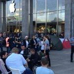 Auch eine Form von Zivilreligion: Camper vor dem #Apple Store in #Hamburg http://t.co/JlTqv4ngEC