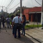 Prensa frente a la casa del expresidente Flores a la expectativa de ser trasladado http://t.co/iOMIo0DspT