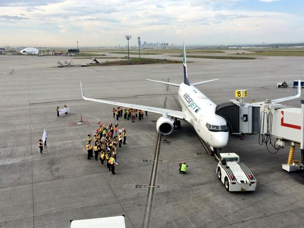 Over 120 WestJetters help Share A Coke with over 130 guests   #shareacokecanada #WestJet http://t.co/VmdUKzWkGi