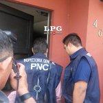 Miembros de la Inspectoría General de la PNC ingresan a la vivienda de Francisco Flores http://t.co/toAlUfg0dx