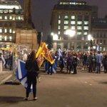 A deux heures de la fermeture des bureaux de vote, George Square à Glasgow déborde de partisans du Yes. http://t.co/sdbnR1AYdf