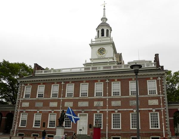 Statue of George Washington standing outside Independence Hall in Philadelphia holding a Saltire. #VoteYes http://t.co/MlevD67DEZ