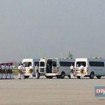 RT @hmetromy: #takziahMH17 Jenazah kedua dibawa turun dari pesawat MH19 di Kompleks Bunga Raya KLIA 8.40 pg ini. Pix Aisyah Sukaimi http://t.co/1SJxkuvVbJ