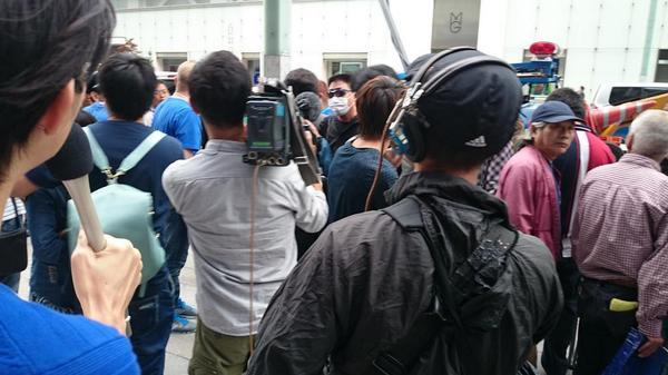 06:34 apple銀座。割り込みした中国人グループと、後ろに並んでいるグループ、アップルのスタッフが揉めている。 http://t.co/9j0pjYSEVL