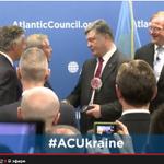 RT @globeukraine: Атлантический Совет вручил Порошенко свою награду Global Citizen. http://t.co/iopawdTnti