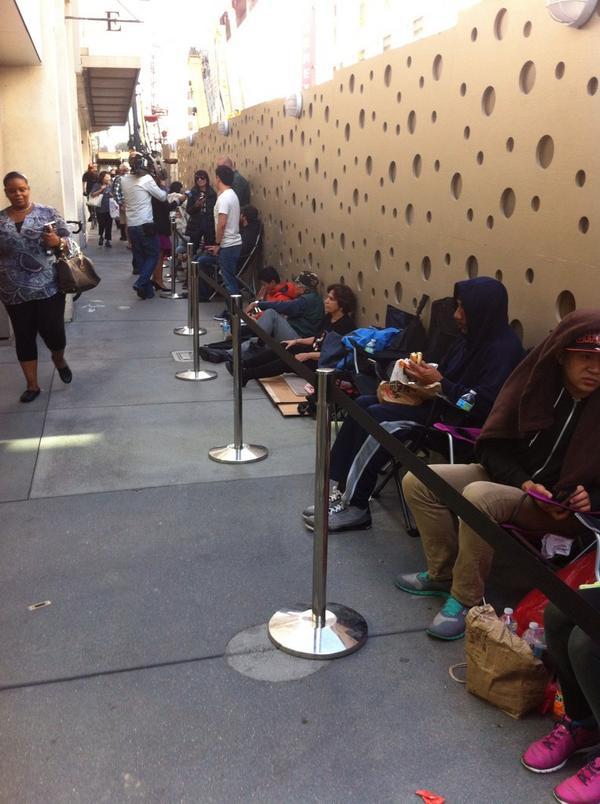 Yaklaşık 20 saat sonra satışa çıkacak iPhone 6 için San Francisco Apple Store önünde kuyruk oluşmaya başlamış. http://t.co/Jjmj7E8Hjc