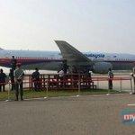 #takziahMH17 Pesawat MH19 bawa 3 jasad mangsa tiba di landasan Kompleks Bunga Raya KLIA, 8.30 pagi ini. http://t.co/HqLnE813QD