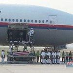 RT @hmetromy: #takziahMH17 Jenazah pertama diturunkan dari pesawat MH19 & diusung ke van jenazah. Pix Nurul Huda Kosnon http://t.co/djB0mIIWa9