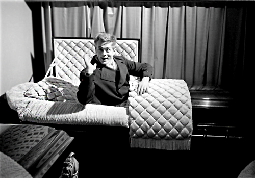 James Dean posing amusingly in a casket in a funeral parlor, seven months before he died, 1955 (By Dennis Stock) http://t.co/JjRXhBl1PS
