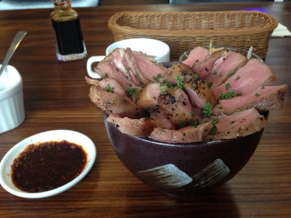 浅草で肉の花咲かせます丼とかいうものを食べてる http://t.co/V2i8OJdbAa