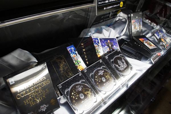 『KH -HD 2.5 リミックス-』の試遊コーナー入り口にはコレクターズパック、スターターパックの展示も #TGS2014 http://t.co/LB3F2LEcVC