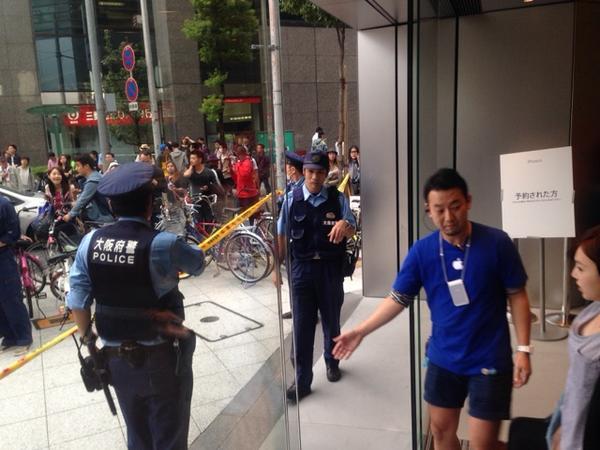 """マジか.. """"@Shoji_Kaoru: アップルストア心斎橋、店内で並び屋が口論で大変な騒動。ついに入口閉鎖。中国人並び屋が「責任者呼べ!土下座しろ」など。 http://t.co/bUqSjbGaMd"""""""