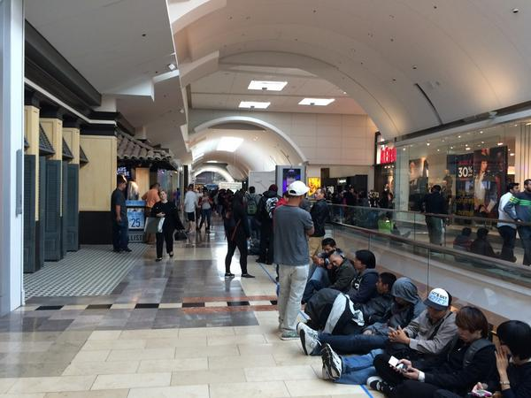 picture from a friend of the lines outside the garden state plaza apple store in nj - Apple Store Garden State Plaza