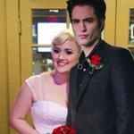 Fanática de Crepúsculo se casa con una figura de cartón de Robert Pattinson #Nicaragua http://t.co/ictM1TtiAy http://t.co/kfjjXGNvpa