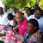 Des corbeilles offertes au Premier Ministre par des associations de femmes de La Chapelle http://t.co/n2PAuI5zVb