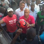 Distribution de ballons aux jeunes. Journée de travail à La Chapelle. http://t.co/uamHVJse88