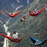100RT:【怖い】アルプス山脈で地上1000mのハンモック http://t.co/r2qj51VoDm 綱渡り大会がイタリア北部で開催され、限界へ挑戦したいスポーツ愛好者らがチャレンジ。地上1000メートルの高さにハンモックを… http://t.co/fQS1mz5Uwh
