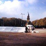 Op het statige Plein 1813 bouwen betogers van comité Samen tegen racisme een tent op. Onder toezicht: http://t.co/j9pwXsu0mu