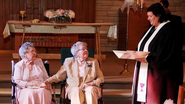 72年間一緒だった2人。ついにアイオワ州で結婚!http://t.co/8NDrFBBqFJ しみじみ良かったなーと思う写真。婚姻の自由をすべての人に開くことは幸せになる人とその選択肢を増やすということだ。 http://t.co/yKD9vsNI8Y
