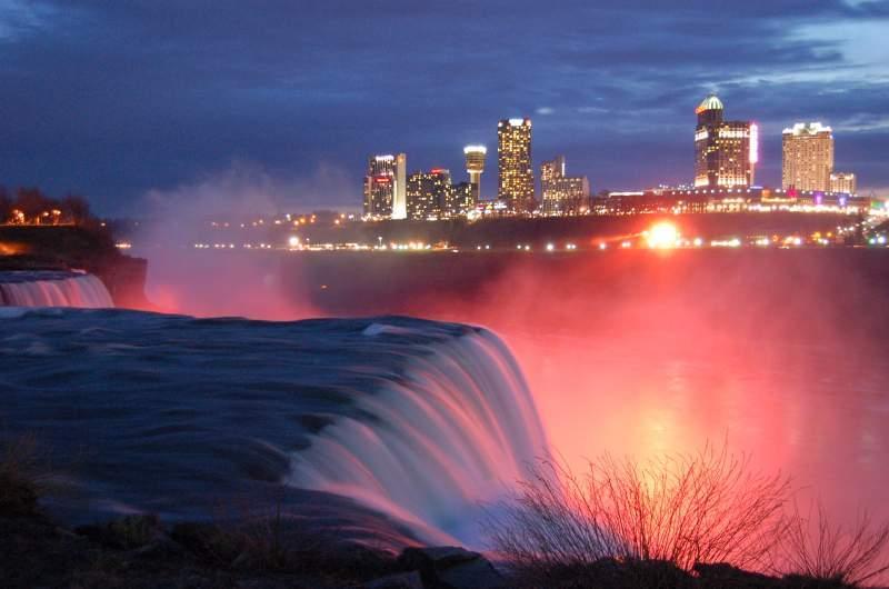 Las Cataratas del Niagara, al anochecer. Una visión que nunca podrías olvidar. http://t.co/u3nnyWGmUw