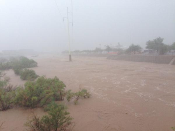 Andrea Butera (@AndreaButera): More #flooding in Arizona. #AZwx RT @TucsonStar The Rillito flowing bank-to-bank in #Tucson http://t.co/YNMDEhNwN2