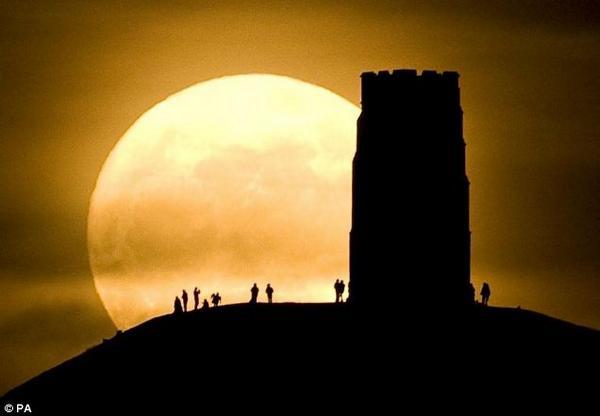 지난 새벽에 슈퍼문 보셨는지요? ㅎ 놓치셨다면 세계 각지에서 촬영된 슈퍼문 걸작 사진들로... http://t.co/XB191YaqTW