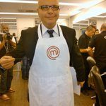 Vestindo o avental do #MasterChefBr Hoje tem, na #Band RT @masterchefbr: Até o Tas quer pilotar a nossa cozinha #CQC http://t.co/syOzMl2x82