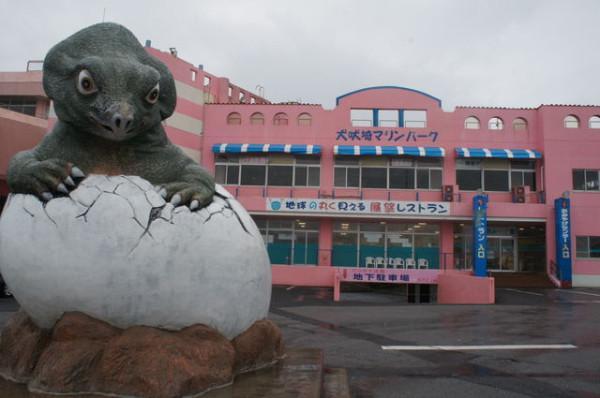 test ツイッターメディア - 【千葉・犬吠埼マリンパーク】イルカショーで水浸しになれる水族館。ピンクの建物の屋上展望台からは地球が丸く見えるほどの地平線を楽しめる。建物正面では卵殻つきの恐竜像が出迎えてくれ、2階タッチプールの天井からは首長竜が顔をだす。 https://t.co/YvZXm30CLD