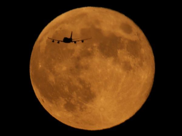 月面飛行!  RT @akira_042163: スーパームーンと飛行機。やっと撮れました(^o^)/  #mysky  #スーパームーン http://t.co/phPzE2ziJU