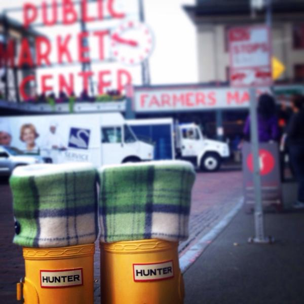 Sweater weather is better weather! I'm down at #pikeplacemarket today with my slugs til 4 #hunterboots #hunters http://t.co/YYUxvZFyUz