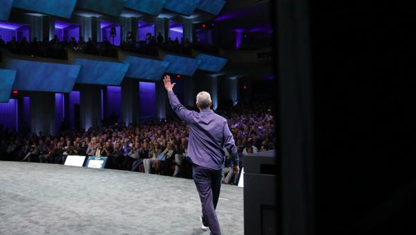 Etkinlik başladı! Tim Cook iPhone 6 ve iPhone 6 Plus'ı tanıtıyor... http://t.co/e13hLt8NSW http://t.co/HpydmNVNTy