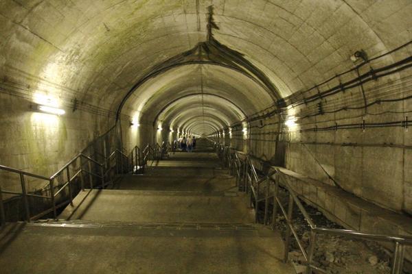 ちなみにこちらが今日行った、日本一深い所にある駅です、階段登るのに10分かかります。 http://t.co/xxyX2HHgQp