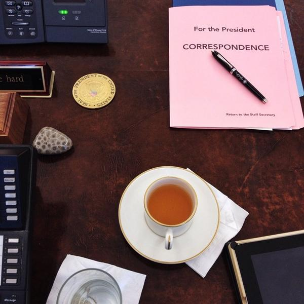 A beautiful snapshot of how #dodocase looks at the @WhiteHouse on the President's desk. http://t.co/msZbOPlJsK #hailtothechiefDODOcase