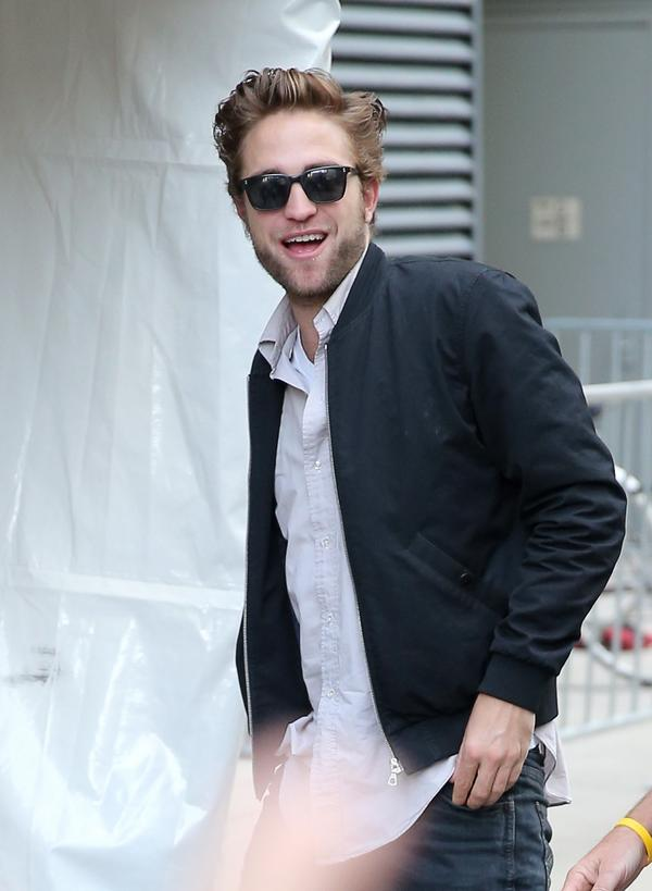"""""""RT @RPLife: UPDATE: A few pictures of Rob arriving at the press conference NOW in HQ http://t.co/4L6KJ2nlpV http://t.co/Lrisfwkh5j"""""""