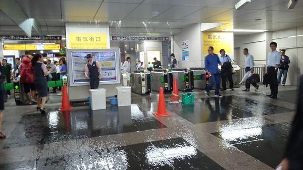 秋葉原駅電気街口めっちゃ雨漏りしてる #akiba http://t.co/A9hN9bePaW