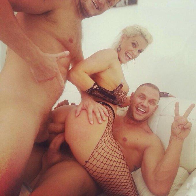I terminó el día con una doble anal!! @BBradburry http://t.co/xktNfSsBFl