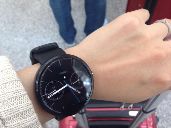 時計ぽい。2カ国分の時間出せるのは普通に便利かも。 #Moto360 http://t.co/X0fSr7s8z8