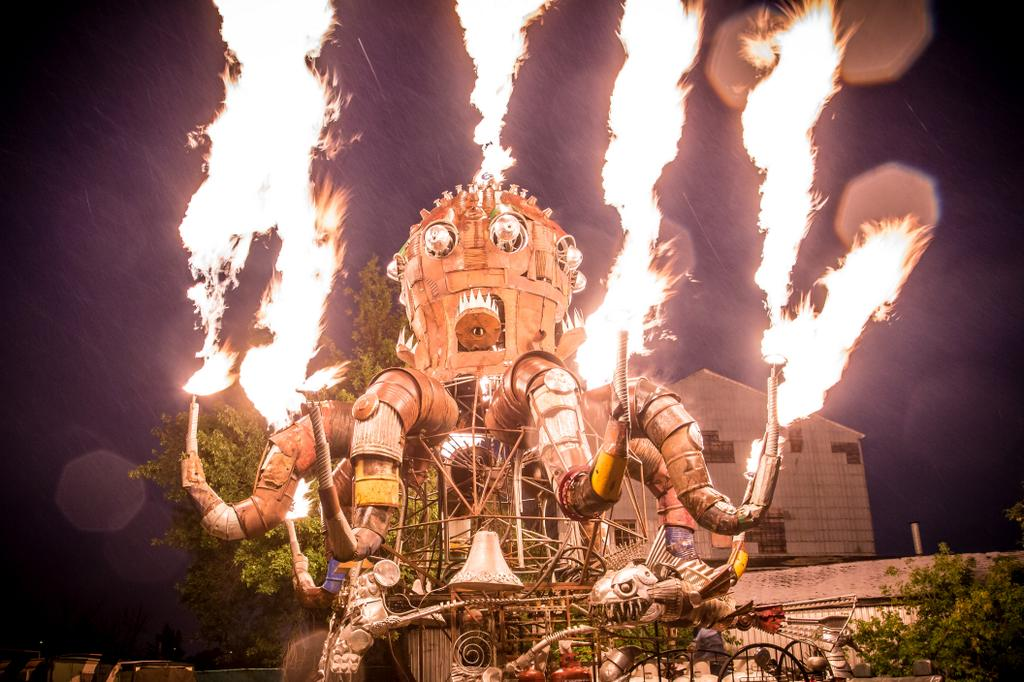 El Pulpo Mecanico, a fire-breathing mechanical octopus is making its Canadian premiere at #Beakerhead2014! @Neil_Zee http://t.co/1xaosR2XwI