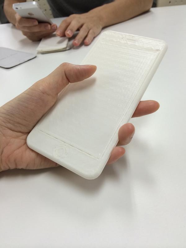 nanapiのあきやんさんに3DプリントのiPhone 6 Plus触らせてもらった。物理的な大きさは気にならなくて、画面が大きいことのメリットのほうがありそうと思った。 http://t.co/OyrbPnhc8Z