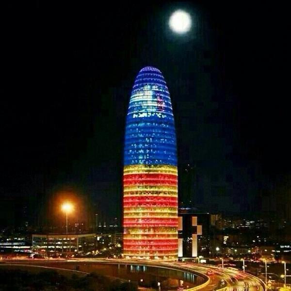 Vaya, esto sí es sorprendente. Torre AGBAR estelada.  #Diada2014 #9N2014 http://t.co/ITr4ANxjRQ (via @ramontremosa)