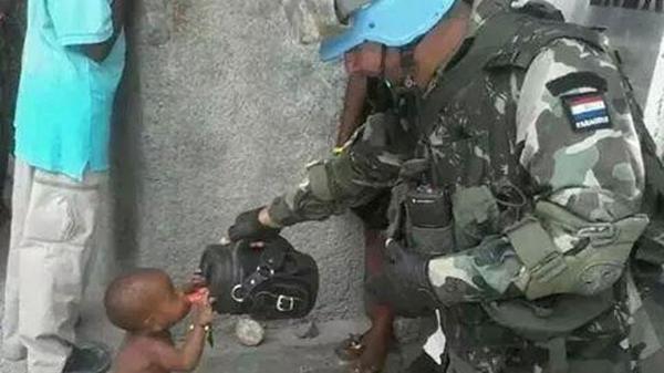La foto que conmueve en redes sociales: El héroe paraguayo que le da tereré a un niño haitiano http://t.co/RroupfN207 http://t.co/ZsEwZj3ovB