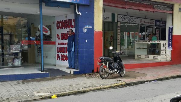 E o pedestre?  Passa por onde @CTTU_Recife @cbnrecife @FlagrasTransito no Largo da Encruzilhada http://t.co/vaWpx2LqV7
