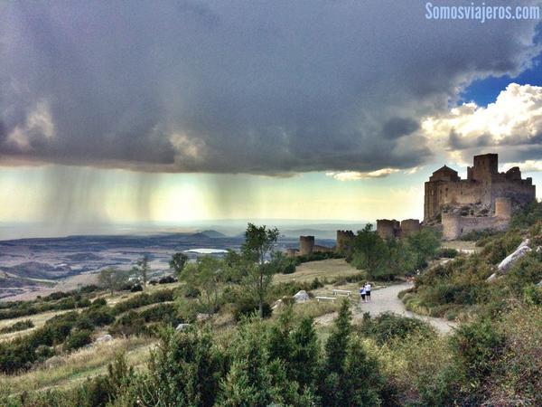 esas fotos que no preparas y la naturaleza te regala. La tormenta se acerca al castillo de Loarre @aragonturismo http://t.co/6sGp9t1aq2