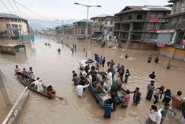 Kashmir: With telcos largely knocked out, social media has helped rescuers locate people http://t.co/E90dh5d5PU http://t.co/VPKv0ylu0S