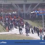 Vamos acompañando el ingreso de la hinchada de Estudiantes al #EstadioCiudadDeLaPlata. El encuentro comienza 15:15hs http://t.co/eFWLRvBd2Y