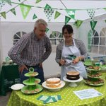 RT @BecaMurphLP: Just passing on some baking tips to Carwyn Jones, Wales First Minister! @fmwales http://t.co/mPi7GzZYVV @MacmillanCymru @macmillancoffee