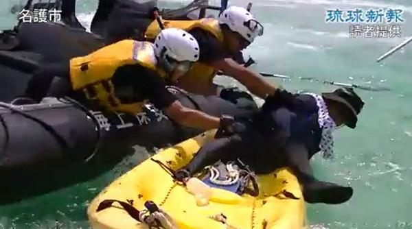 え!!これ海に落とそうとしてないですか!?? 酷い! RT @yamamoto_1934: 辺野古に官営海賊出現!RT @seki_yo: 9月 13日 辺野古沖 4. 海保「なんだそれ お前 !」 http://t.co/aNbyt2y8s4