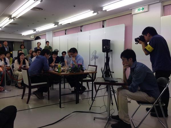 第2部開始。日本のチェス界の第一人者のお二人、羽生名人と小島慎也さんの初めての公開対局。白熱した接戦が繰り広げられています。#将棋 #チェス http://t.co/twpGgb8vXy