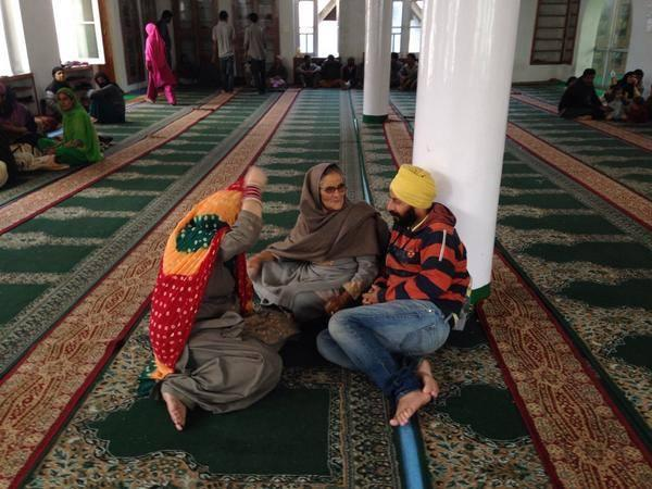 Displaced by flood, a Sikh family rests inside Mosque after given shelter via 'Humans of Pakistan' http://t.co/2mChfG4VuH